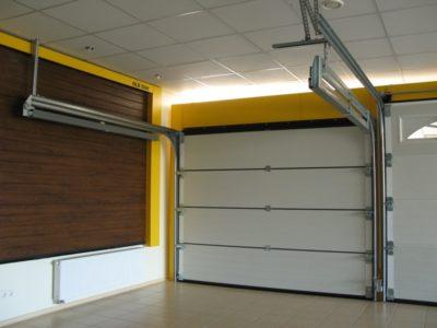 Сдвижные створки могут элегантно выглядеть и в гараже
