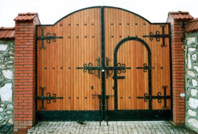 Рис. 1 Декорирование ворот коваными деталями