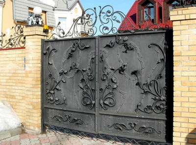 Кованые ворота с растительным орнаментом