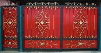 Кованые ворота с основой из профнастила с черным и золотистым покрытием элементов