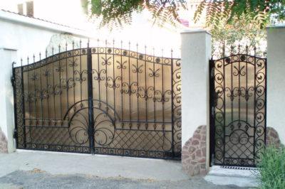 Кованые ворота с обшивкой из поликарбоната