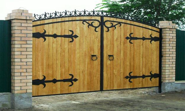 как совместить кованые ворота и дерево