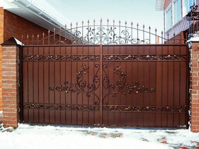 Откатные ворота с элементом дизайнерской ковки