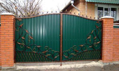 Рис 20. Ворота с обшивкой из профлиста с кованными элементами и вставками из поликарбоната