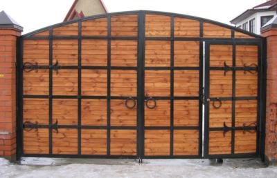 Большие деревянные ворота со встроенной калиткой