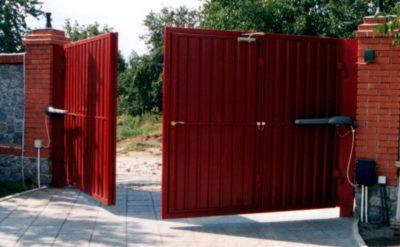 Распашные ворота после всех проведённых монтажных работ