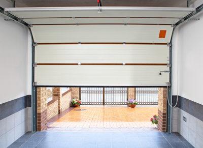 Удобные секционные двери в гараже