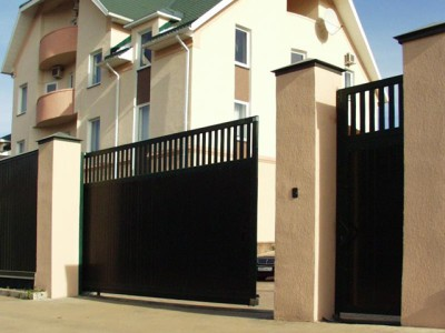 При подъезде к загородному дому установленные ворота.