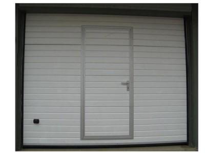 Модель гаражных ворот со встроенной калиткой обеспечивает удобный вход