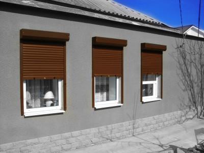 Рольставни на окнах жилого дома.