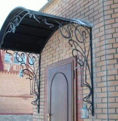 Даже простой вход украсит арочный навес