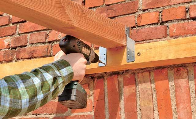 Как пристроить навес к дому своими руками из дерева