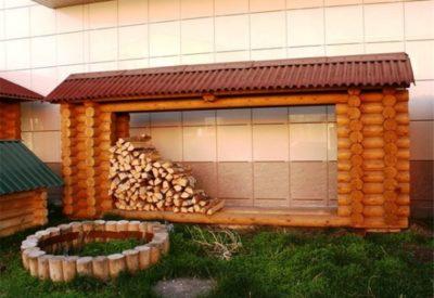 Навес для дров из стилизованных поленьев