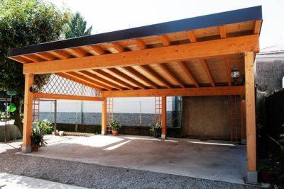 Фото одного из вариантов готового деревянного навеса, который будет эстетично смотреться на любой территории