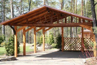 Интересный вариант деревянного навеса, который смотрится эффектно и может использоваться для различных целей