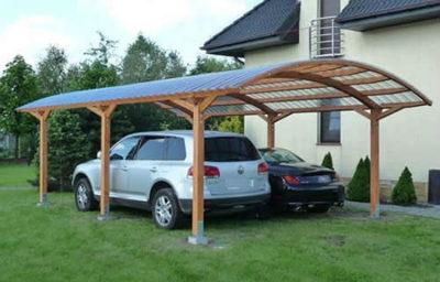 Готовая конструкция из дерева, которая используется в качестве навеса для автомобилей