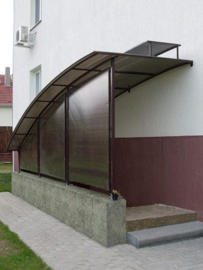 Интересный вариант навеса над придомовым подвальным помещением с креплением к фасаду и на опорах