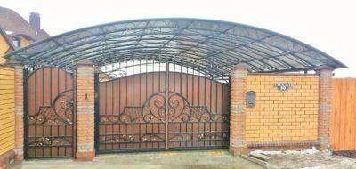 Навес из поликарбоната для ворот и калитки, представленный единой конструкцией