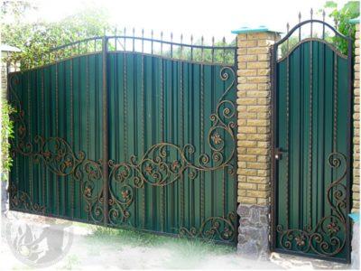 Ворота и калитка с коваными элементами