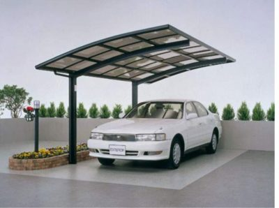 На фото навес для авто из литого поликарбоната и металлического каркаса