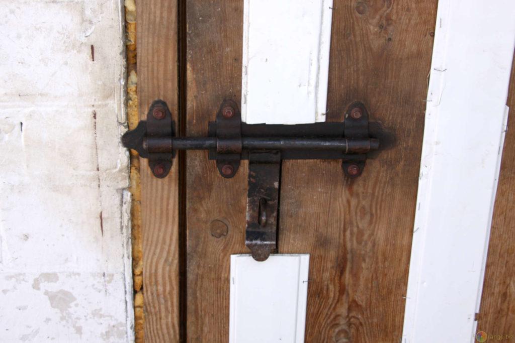 Как сделать защелку на дверь