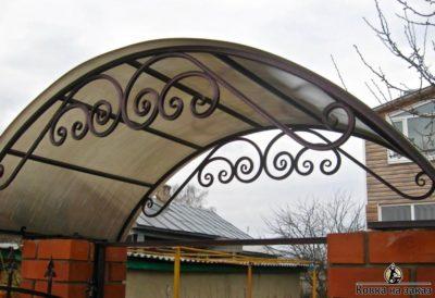 Козырек из поликарбоната с коваными элементами на калитку