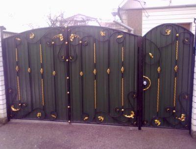 Комбинированный тип ворот с элементами ковки и листами профнастила