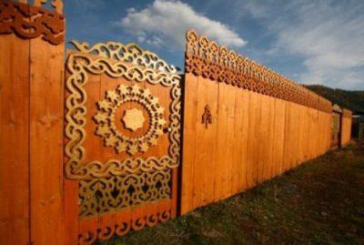 Резная деревянная калитка с забором в том же стиле