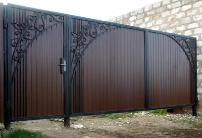 Красивые ворота и калитка с коваными элементами
